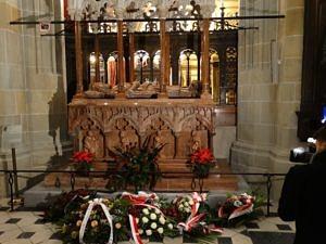 Wieńce u grobu króla Kazimierza Wielkiego. Fot. Władysław Deńca