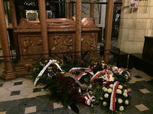 Wieńce u grobu króla Władysława Jagiełły. Fot. Małgorzata Malkiewicz